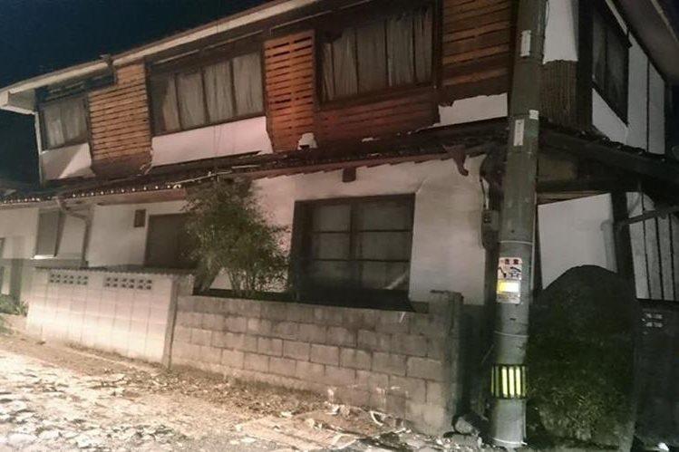 Una casa de dos niveles se observa con serios daños en su estructura después de los terremotos. (Foto Prensa Libre: AFP).
