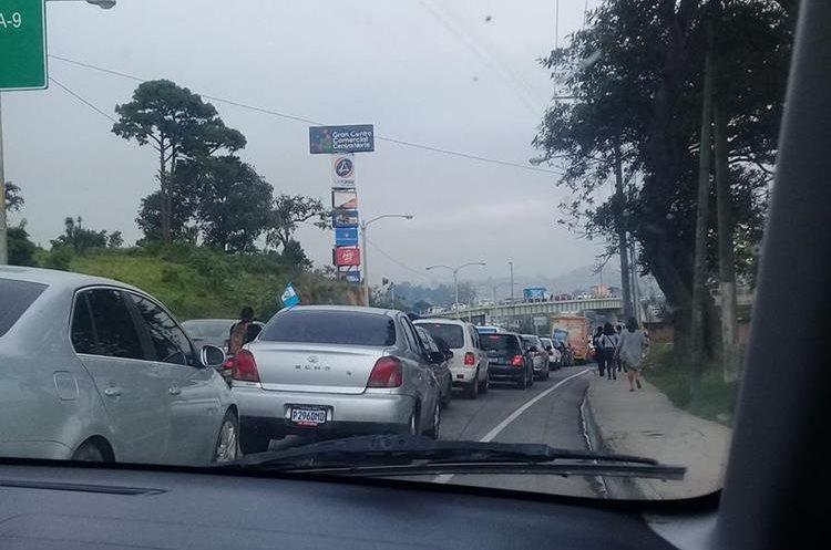 Según internautas, el congestionamiento de vehículos llega hasta el km 13 de la ruta al Atlántico. (Foto Prensa Libre: Twitter @HeidyGabriela95)