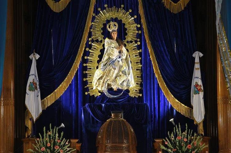 La imagen de la Inmaculada Concepción permanece en el centro del altar de la iglesia San Francisco, zona 1 capitalina. (Foto Prensa Libre: Álvaro Interiano).