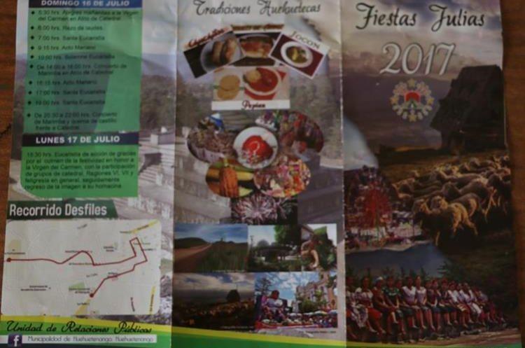 El trifoliar contiene información de las actividades de la feria departamental de Huehuetenango. (Foto Prensa Libre: Mike Castillo)