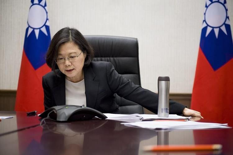 La presidenta de Taiwán, Tsai Ing-wen, durante la conversación telefónica que sostuvo con el presidente electo de EE. UU. Donald Trump. (Foto Prensa Libre: EFE).
