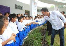 El cantautor guatemalteco Ricardo Arjona inauguró la escuela Enrique Castillo Monje en Alotenango, Sacatepéquez. (Foto Prensa Libre: Esbin García)