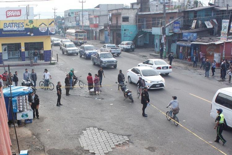 Autoridades resguardan el lugar donde ocurrió el ataque armado en Chimaltenango. (Foto Prensa Libre: Víctor Chamalé)