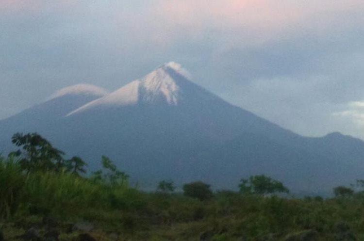 El Volcán de Fuego visto desde uno de los observatorios del Insivumeh. (Foto Prensa Libre: Gustavo Chigna)