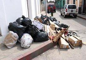 Las personas que viajen en vehículos y tiren basura en la vía pública de Quetzaltenango serán sancionadas con multa de Q1 mil. (Foto Prensa Libre: María José Longo).