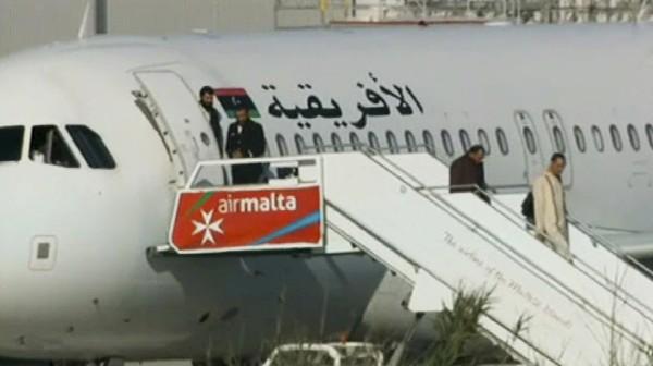 Un avión secuestrado del aeropuerto de Malta mientras los pasajeros salen. (Foto Prensa Libre:AP).