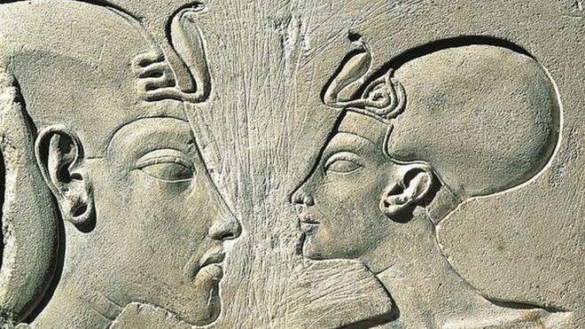 Akenatón, también conocido como Neferjeperura Amenhotep, Ajenatón, Akhenatón, Amenhotep IV o Amenofis IV y su esposa Nefertiti. GETTY IMAGES