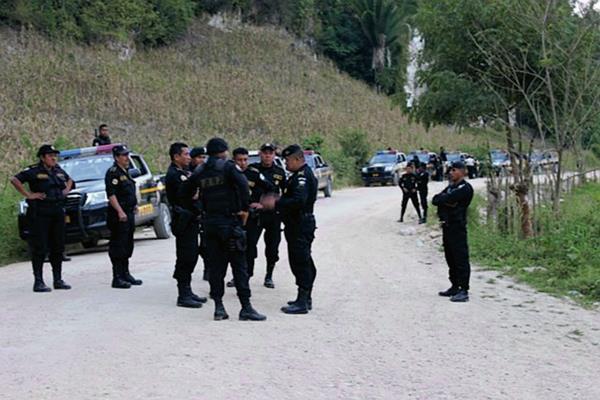 Agentes de la PNC resguardan entrada a San Luis, Petén, durante el cierre de la carretera que hizo un grupo de pobladores. (Foto Prensa Libre: Walfredo Obando)