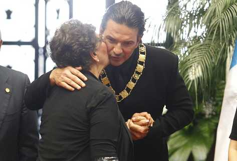 Ricardo Arjona es felicitado por su madre, Nohemí Morales, tras recibir la Orden del Quetzal (Foto Prensa Libre: Álvaro Interiano)