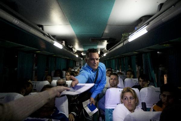 Un ciudadano cubano recibe su pasaporte de las autoridades migratorias de México.