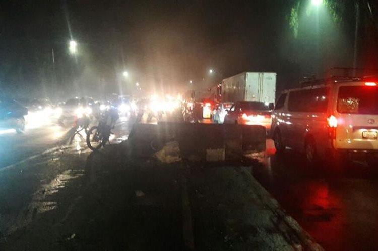 Separadores de carriles se corrieron por el accidente. (Foto Prensa Libre: PMT de Villa Nueva)
