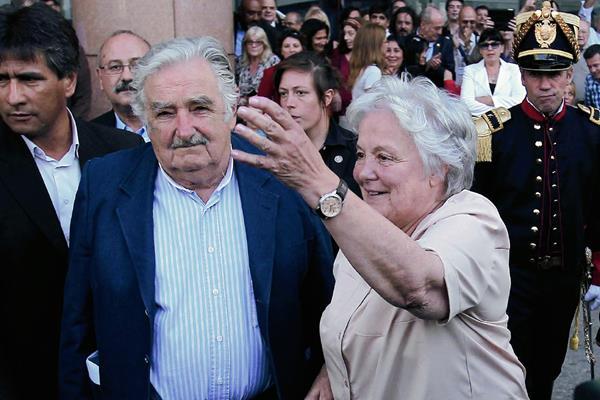 José Mijica, acompañado de su esposa.