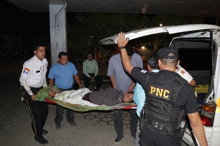 Bomberos Voluntarios trasladan a la emergencia del Hospital de Puerto Barrios, Izabal, a Alicia Calderón. (Foto Prensa Libre: Dony Stewart)