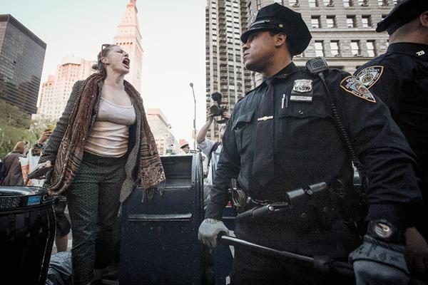 Una mujer grita frente a un policía en Nueva York. (Foto Prensa Libre: EFE).