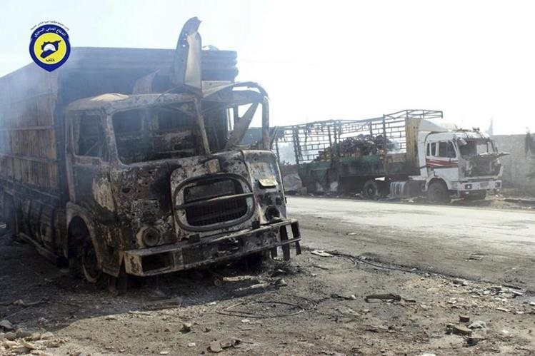 Restos del convoy de ayuda humanitaria de la Media Luna Roja bombardeado el lunes en la zona de Auram al Kubra, en el oeste de la provincia septentrional de Alepo, Siria. (Foto Prensa Libre: EFE).