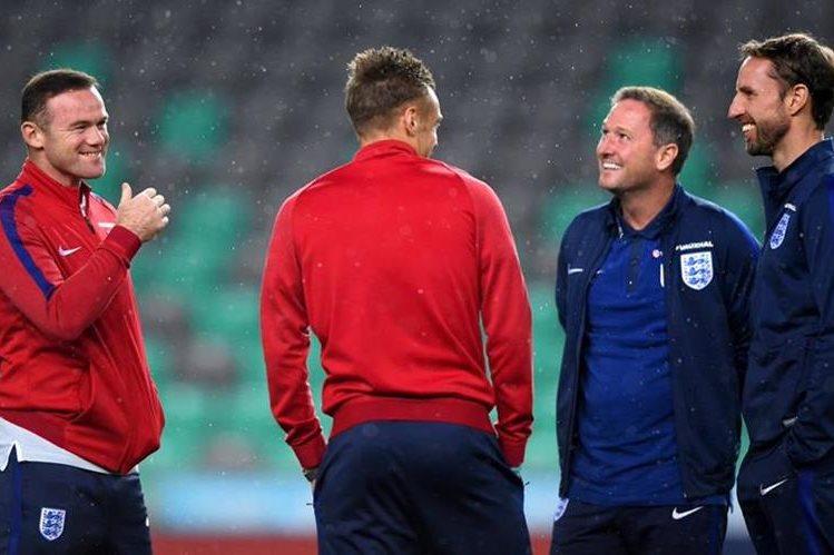 Wayne Rooney (izquierda) estará en la banca en el juego frente a Eslovenia. (Foto Prensa Libre: Twitter England)