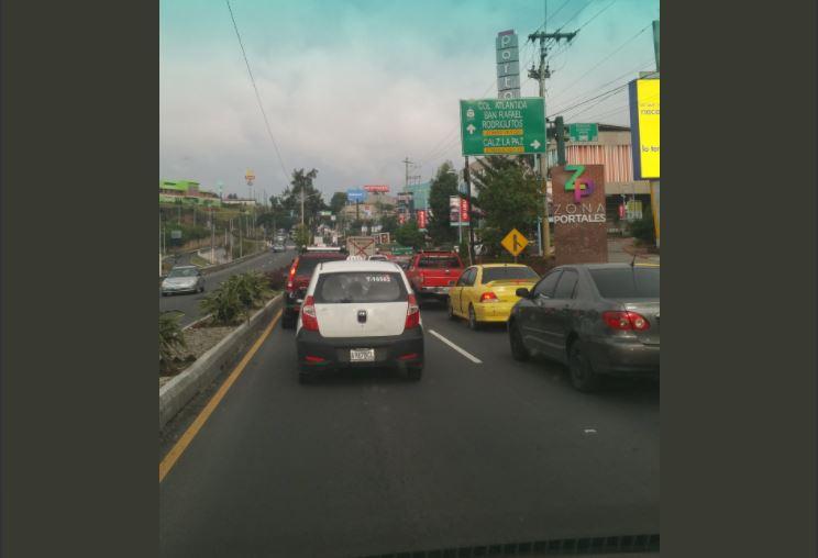 Tránsito complicado en ruta al Atlántico, pasando el puente Belice hacia el norte. (Foto Prensa Libre: @KaryHuertas).
