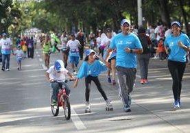 Unas siete mil personas participaron en la carrera contra el cáncer y hubo participación de familias. (Foto Prensa Libre: Erick Ávila)