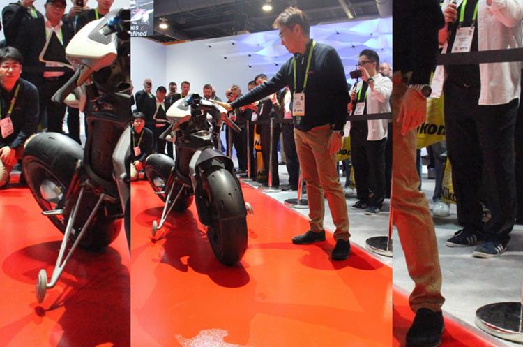 La moto es capaz de mantenerse estable por sí misma (Foto Prensa Libre: AFP).