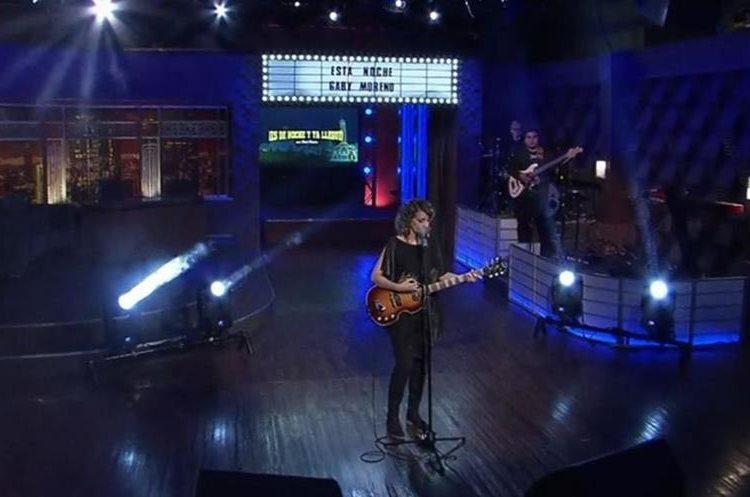 Gaby Moreno cantó en el programa ¡Es de Noche!... y ya llegué. (Foto Prensa Libre: Tomada de blim.com)