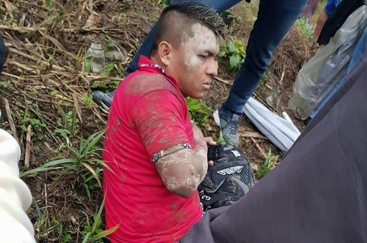 Uno de los herios en el accidente de un bus en la ruta al Polochic, Senahú, Alta Verapaz, espera mientras es trasladado por los bomberos.(Foto Prensa Libre: Eduardo Sam Chun)