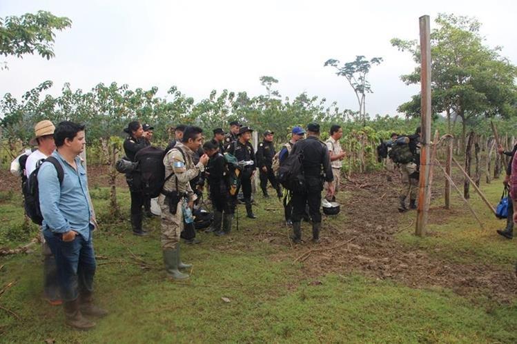 Agentes policiales, guardabosques del Conap y personal del MP recuperaron el área de bosque destruido en la Laguna del Tigre, en San Andrés. (Foto Prensa Libre: Rigoberto Escobar)