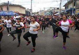 Unas 50 mujeres y algunos hombres, disfrutaron de la primera clase de ejercicios. (Foto Prensa Libre: Oscar Felipe Q.)