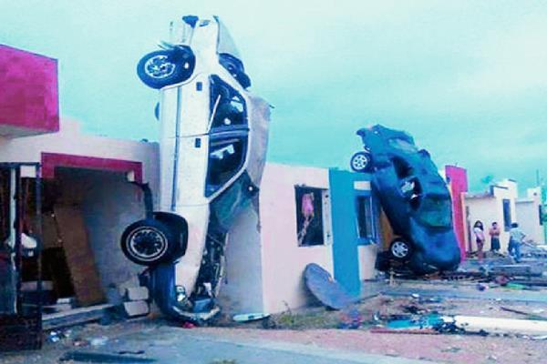 Un tornado destruyó casas y volcó automóviles y otros vehículos en la ciudad mexicana de Ciudad Acuña.