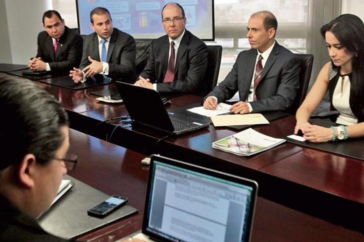 ejecutivos de Servicios Agropecuarios San Diego y de la Bolsa de Valores Nacional, durante conferencia de prensa, para anunciar colocación de emisión de acciones desmaterializadas.