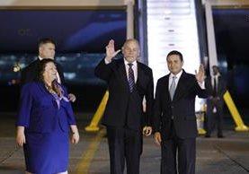 John Kelly, secretario de Seguridad Nacional de EE.UU., y el canciller guatemalteco Carlos Raúl Morales saludan a los medios de comunicación. Los acompaña Charisse Phillips, encargada de Negocios de la Embajada de EE.UU. en Guatemala. (Foto Prensa Libre: Paulo Raquec)