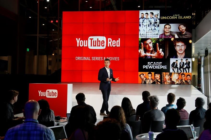 Robert Kyncl, muestra las bondades del nuevo servicio de YouTube. (Foto Prensa Libre: AP)
