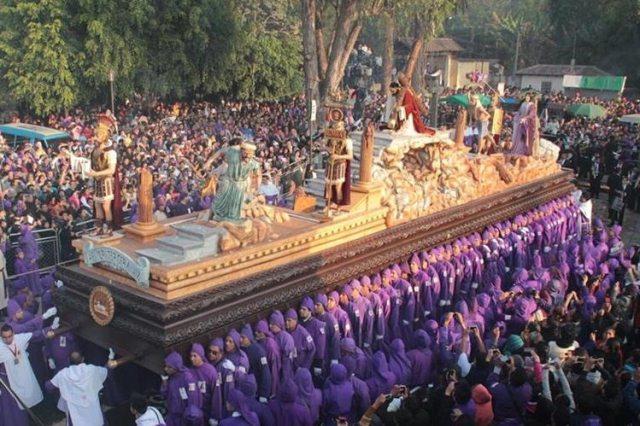 Las procesiones son una característica de la Semana Santa en Guatemala. (Foto Prensa Libre: Hemeroteca PL)