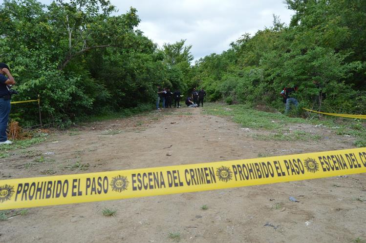 Autoridades acordonan el área en la que fue encontrado el cadáver. (Foto Prensa Libre: Víctor Gómez)