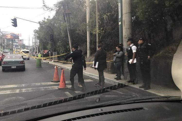 Tirado sobre el asfalto dejaron a un hombre herido después de robarle su motocicleta, quien luego murió al ingresar al Hospital Roosevelt. (Foto Prensa Libre: Estuardo Paredes)