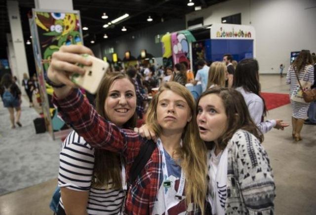 Jóvenes se toman una fotografía durante la 6ta edición anual de VidCon.
