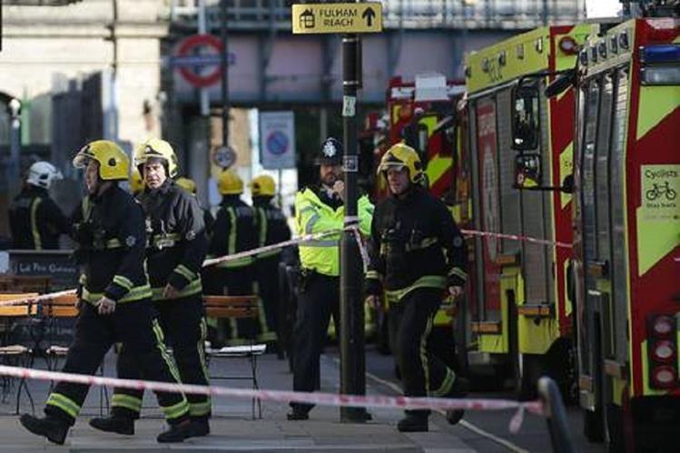 Varios pasajeros del metro de Londres sufren quemaduras por una explosión. (Foto Prensa Libre: EFE)