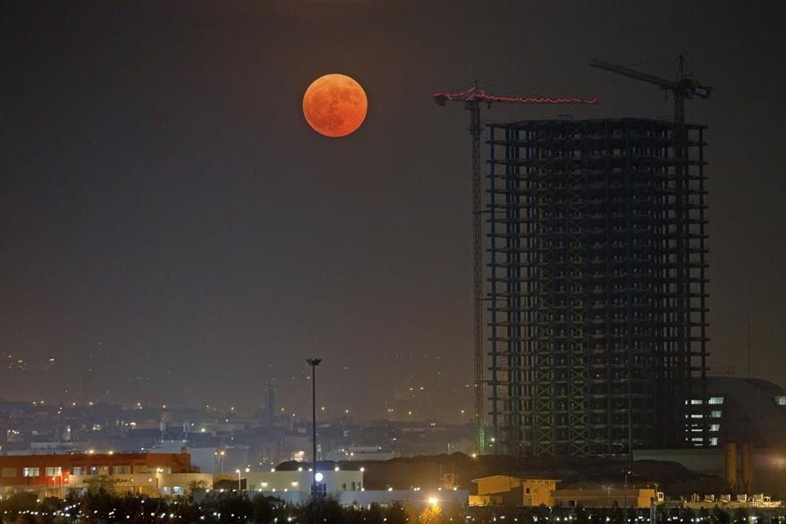 La superluna sobre el cielo iraní. (Foto Prensa Libre: AP).