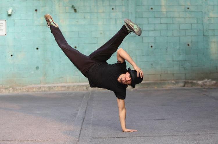El acróbata guatemalteco Panchorizo participará en la gira Circo Soledad de Ricardo Arjona. (Foto Prensa Libre: Keneth Cruz)