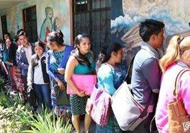 Los interesados en una plaza acudieron al Área de Salud de Quetzaltenango, donde entregaron papelería y fueron entrevistados. (Foto Prensa Libre: María José Longo)