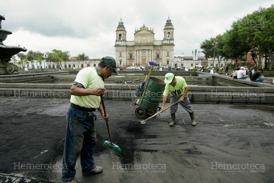 La Plaza de la Constitución amaneció cubierta de ceniza el 27 de mayo de 2010. (Foto: Hemeroteca PL)