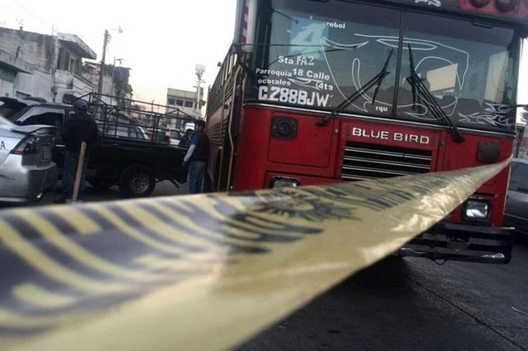 Un piloto de la ruta 4 fue atacado esta mañana en la Colonia Santa Faz, Chinautla. (Foto: Erick Ávila)