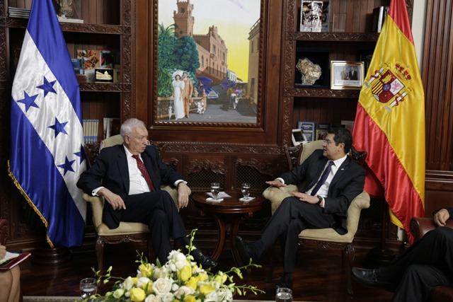 Juan Orlando Hernández, presidente de Honduras junto al Ministro de Asuntos Exteriores y de Cooperación de España en funciones, José Manuel Garcia-margallo. (Foto Prensa Libre: EFE)