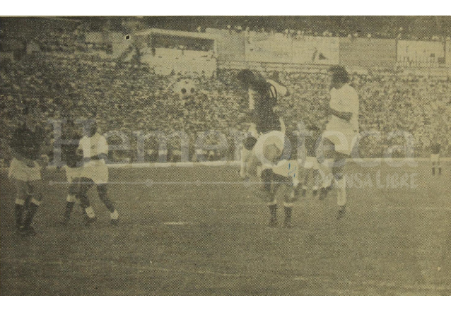 Al final, según la crónica deportiva, el Santos dejó debiendo a los aficionados guatemaltecos un partido de altura. Foto del 14 de febrero de 1972. (Foto: Hemeroteca PL)
