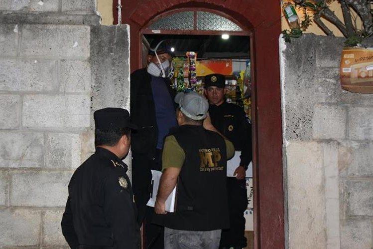 Autoridades recaban evidencias en la vivienda de una mujer en San Antonio La Paz, El Progreso. (Foto Prensa Libre: Héctor Contreras)