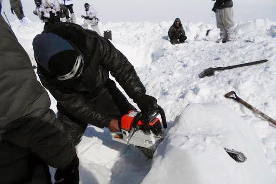 Un hombre con una motosierra trata de ayudar en las labores de rescate. (Foto Prensa Libre: AFP).
