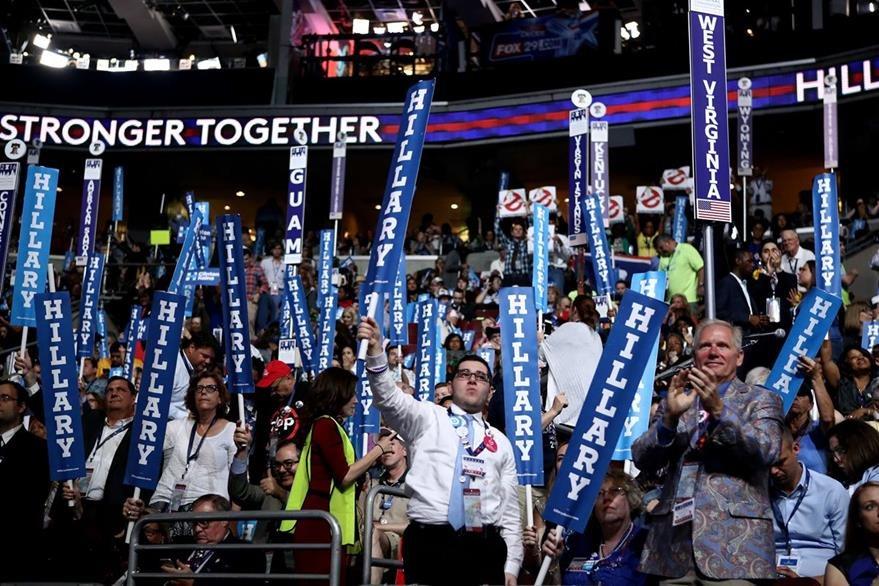 Seguidores de HIllary Clinton festejan su nominación. (Foto Prensa Libre: AFP).