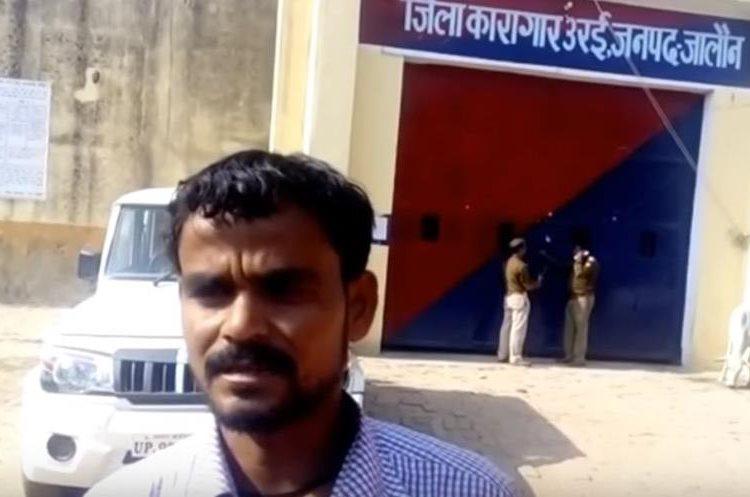 Uno de los propietarios llegó a la prisión para recuperar a los  burros. (Foto Prensa Libre: Live Hindustan / YouTube)