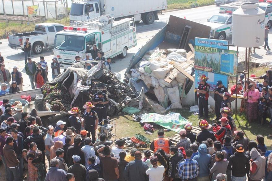 Socorristas observan cómo quedó uno de los camiones accidentados. (Foto Prensa Libre: Víctor Chamalé).