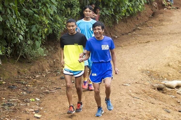 Santos Martínez guía a Óscar Raxón durante un entrenamiento en Los Trojes, San Juan Sacatepéquez. Atrás corre su hermano Freddy. (Foto Prensa Libre: Norvin Mendoza)