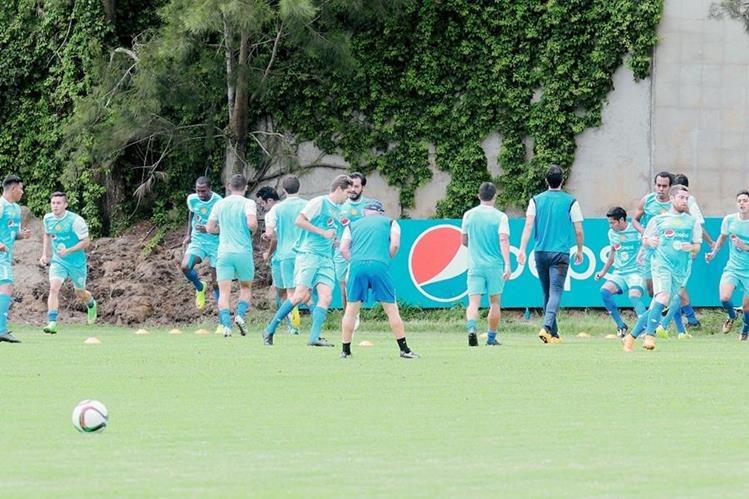 La Selección Nacional, en el trabajo que realizó en su último entrenamiento, previo a partir a Estados Unidos (Foto Prensa Libre: Norvin Mendoza)